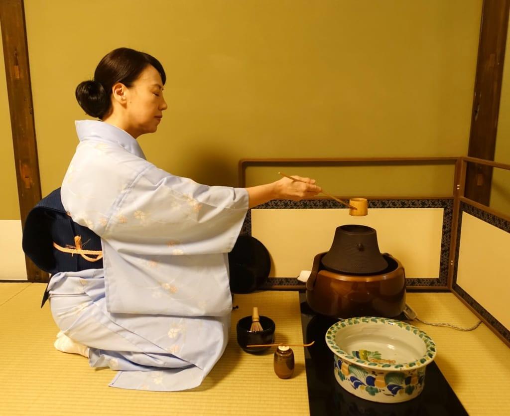 La cérémonie du thé japonaise : Mika s'apprête à verser de l'eau chaude