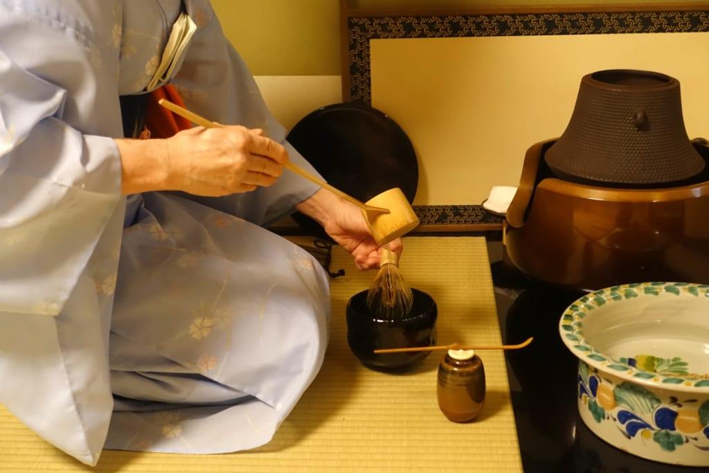 La cérémonie du thé japonaise : Mika nettoie le fouet en bambou