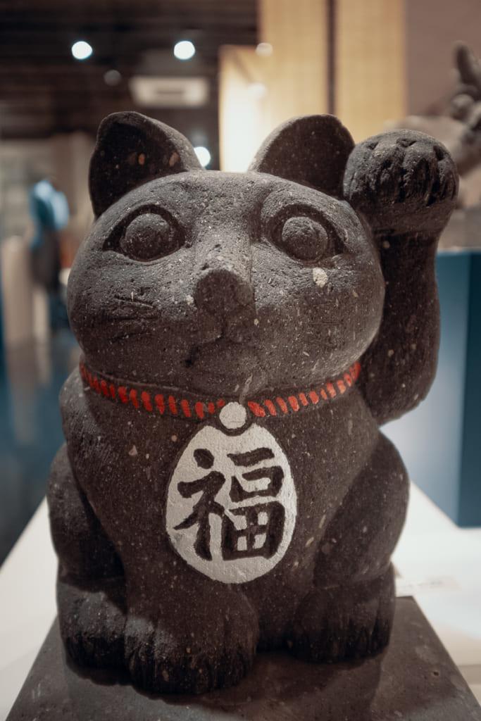 statue de maneki neko dans le musée de l'artisanat de yame