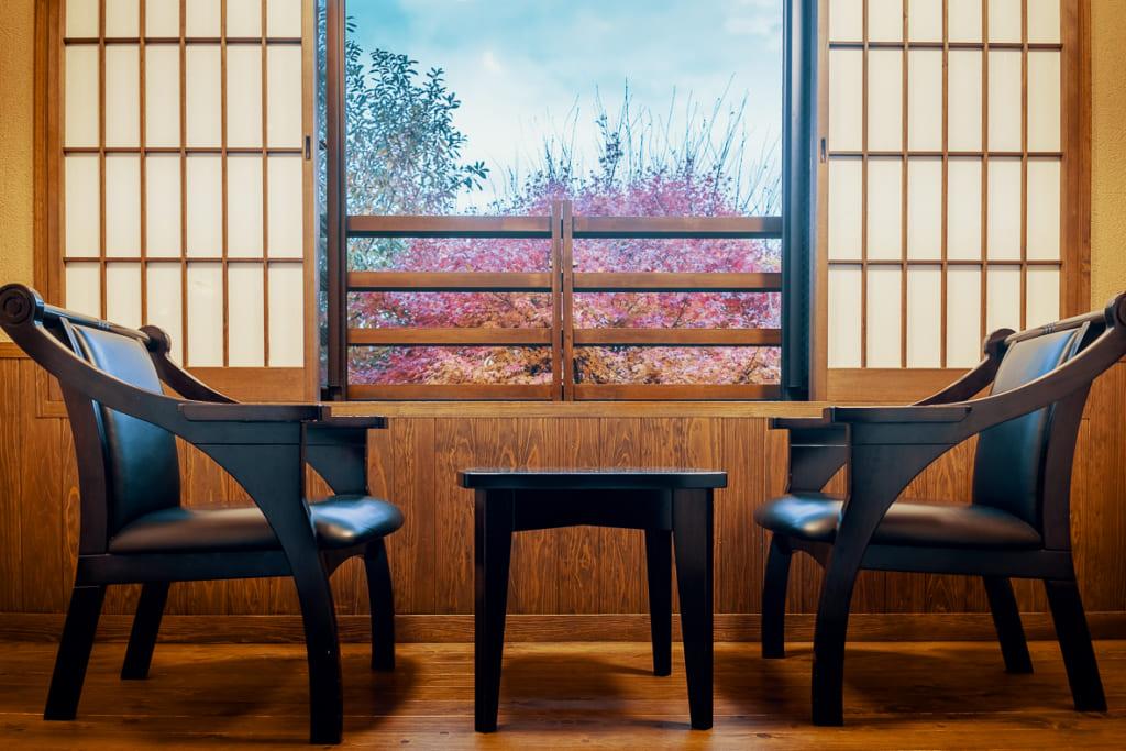 Petit salon d'une chambre de l'ikenoyamaso, un ryokan dans les montagnes de yame