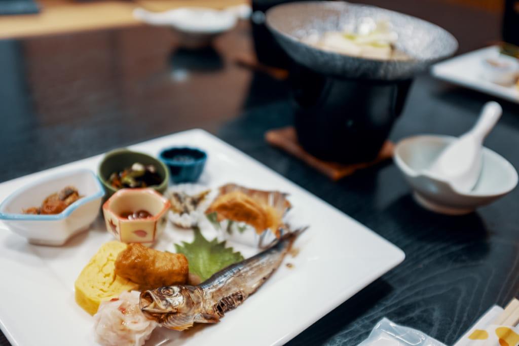 petit déjeuner traditionnel du ryokan ikenoyamaso à Yame