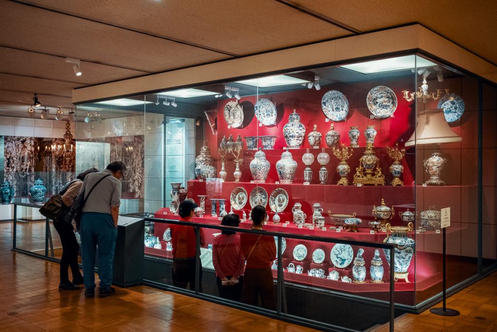 anciennes céramiques produites dans la préfecture de saga exposées au musée de la céramique de kyushu