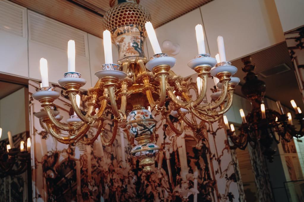chandelier européen fait à partir de bols et de tasses produits à Saga