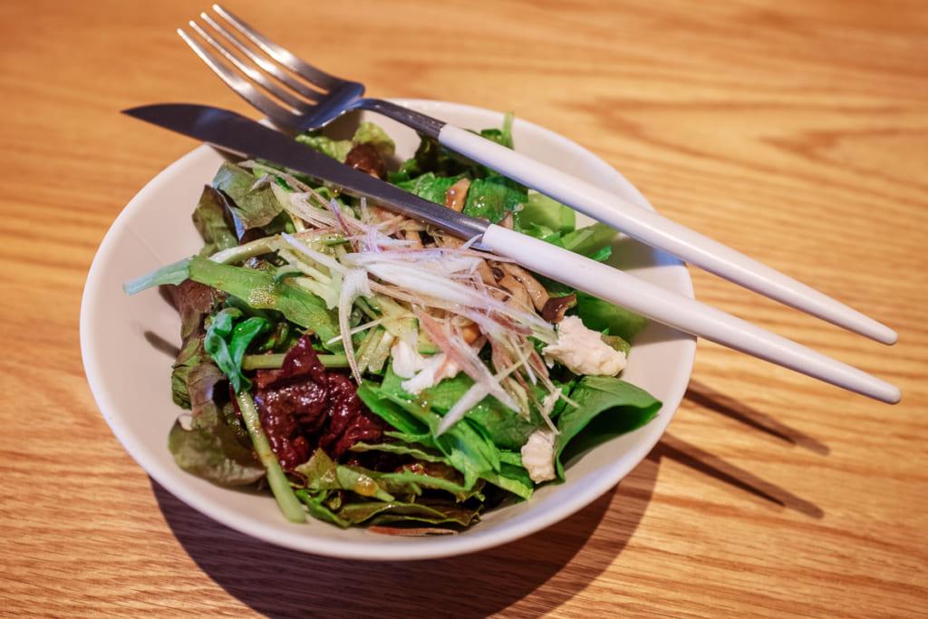 salade servie dans le restaurant arita huis
