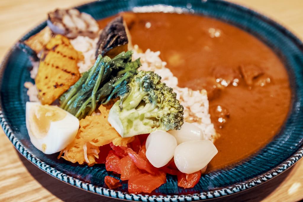 curry japonais revisité par le restaurant arita huis, incluant de nombreux ingrédients produits dans la préfecture de saga