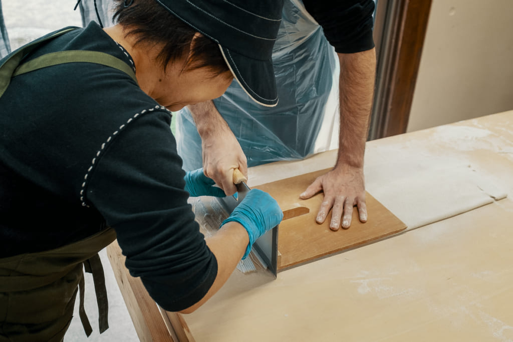 personnel du nishiyamada dans la préfecture de saga entrain de m'aider à couper mes soba