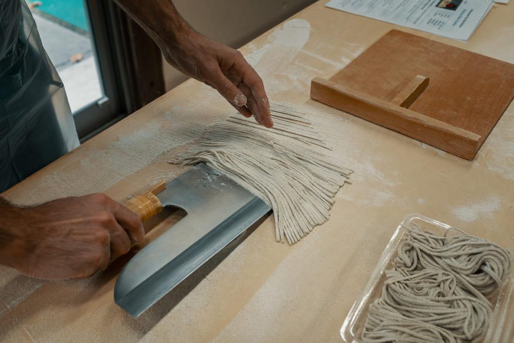 on utilise le couteau pour rammasser les soba de saga une fois coupés