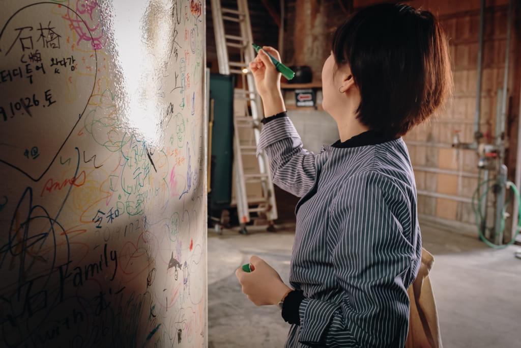 il est possible d'écrire un message au feutre sur les cuves de la brasserie minematsu shuzo