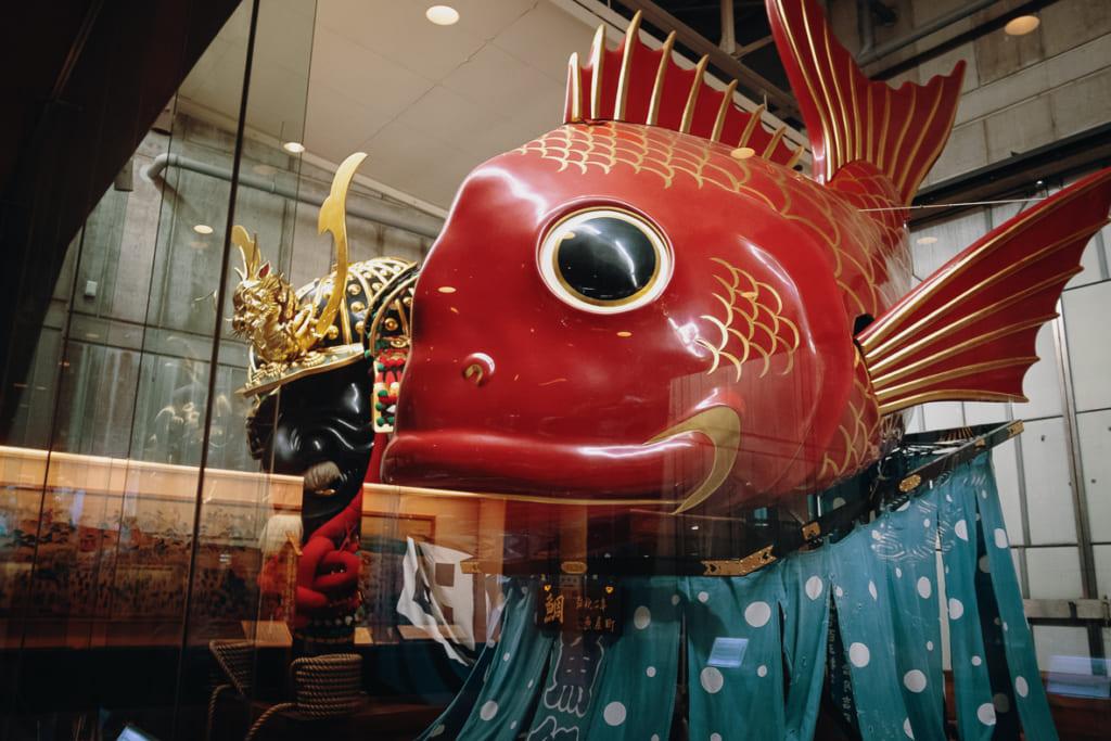 très beau char en forme de poisson rouge