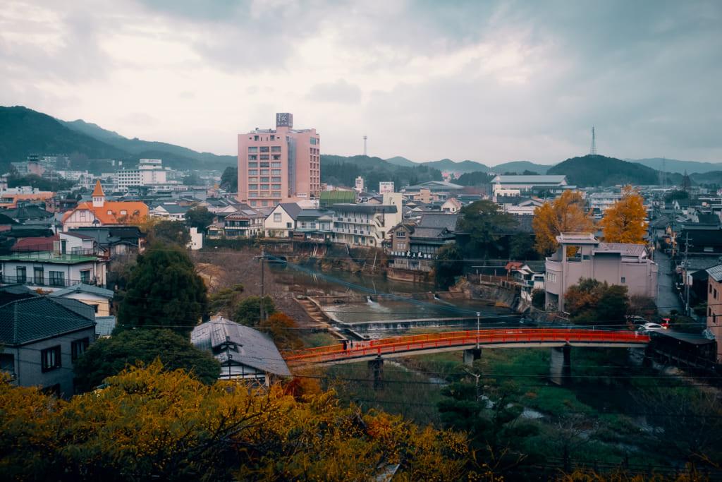 vue sur la ville d'ureshino depuis l'une des chambres du ryokan warakuen