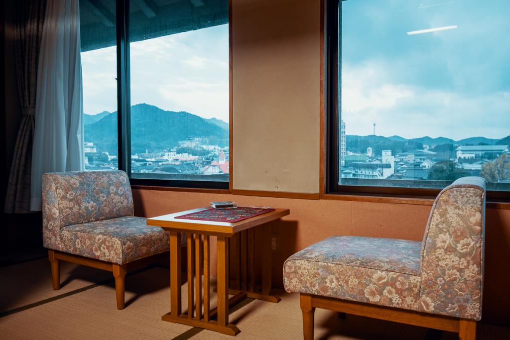 petit salon avec vue d'une chambre du ryokan warakuen