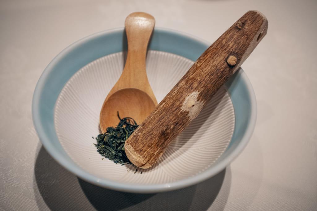 thé séché à écraser pour accompagner les plats du dîner du warakuen