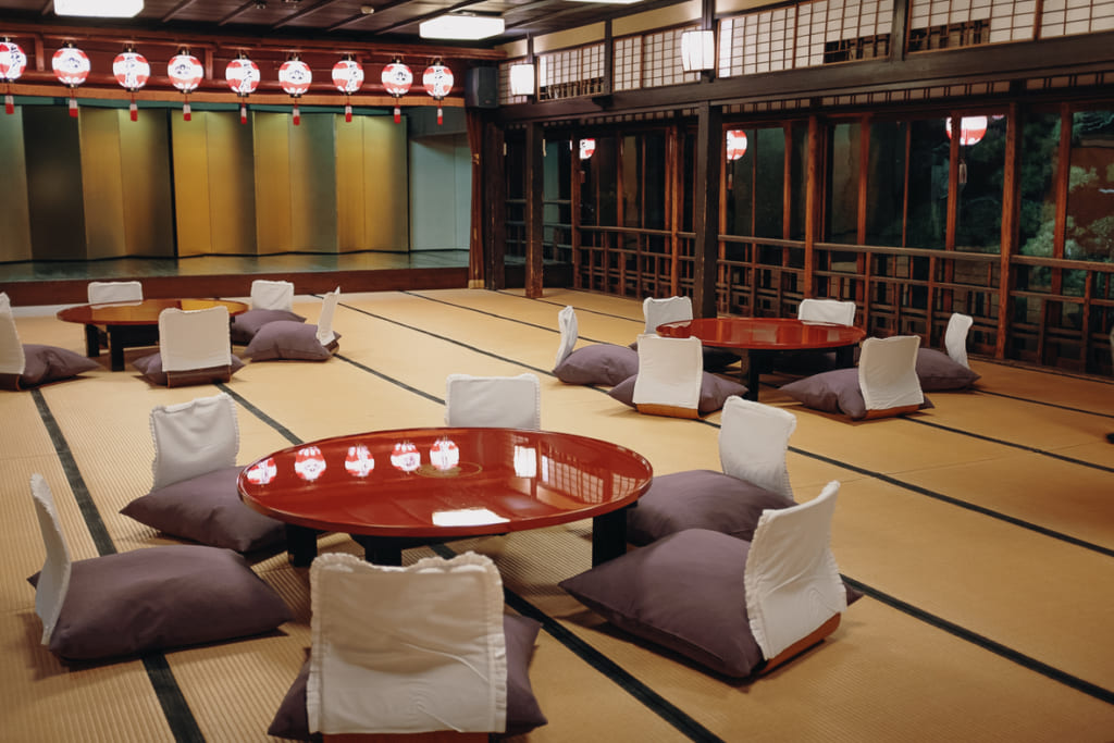 Salle du restaurant Kagetsu aménagée pour un groupe