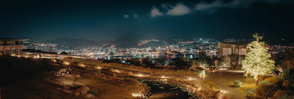 La baie de Nagasaki depuis le balcon d'une chambre du Garden Terrace, la nuit