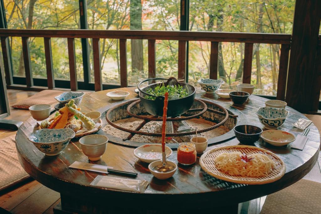Notre table bien fournie lors de notre déjeuner au Yamanotera Yukyo dans la préfecture de Nagasaki