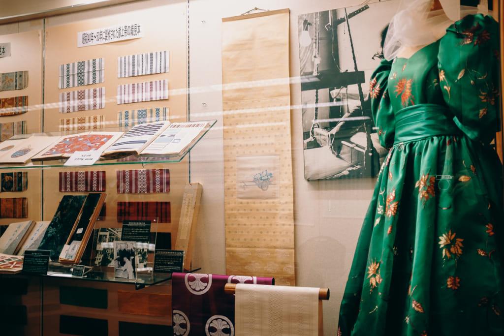 vitrine exposant les objets prestigieux sortis des ateliers de Hakatori Sanui à Fukuoka