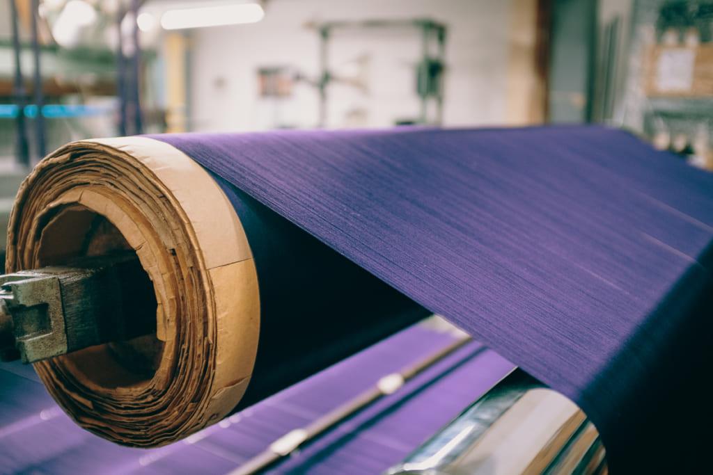 Les nombreux fils arrangés avec soin dans les bobines de l'usine textile de Fukuoka