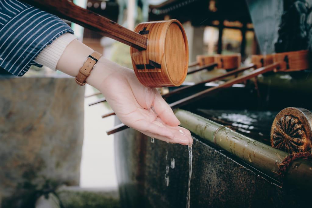 se laver les mains devant le sanctuaire, tradition shintoiste