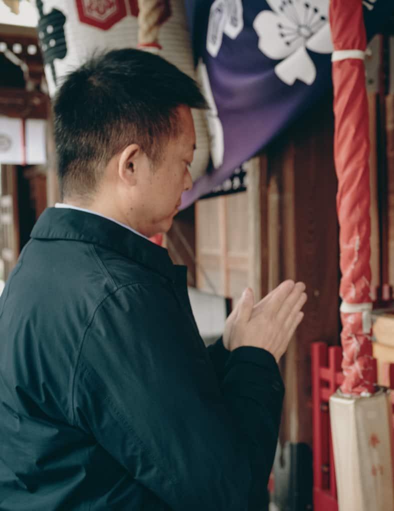 japonais priant devant le sanctuaire Kushida, plus vieux sanctuaire de Fukuoka