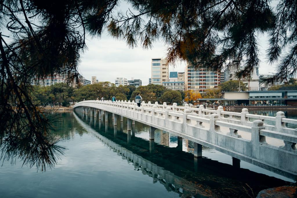 Pont permettant de traverser le lac du parc Ohori