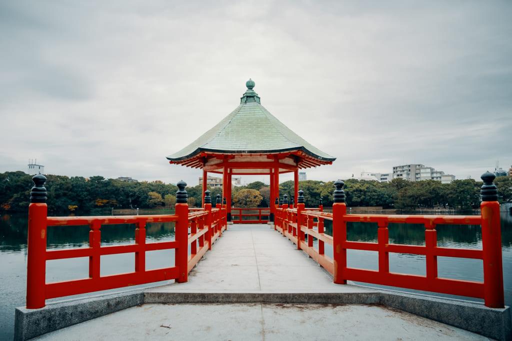ponton sur la lac du parc Ohori dans la ville de Fukuoka