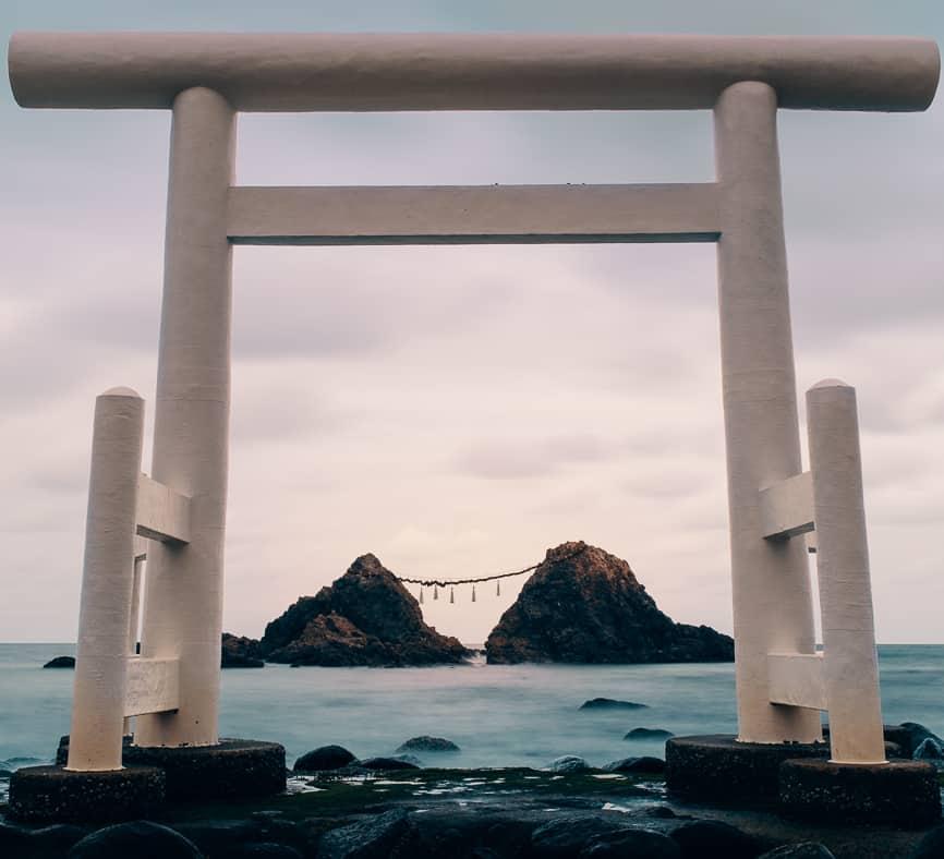les rochers sacrés meoto iwa encadrés par un torii dans la baie de Sakurai Futamigaura
