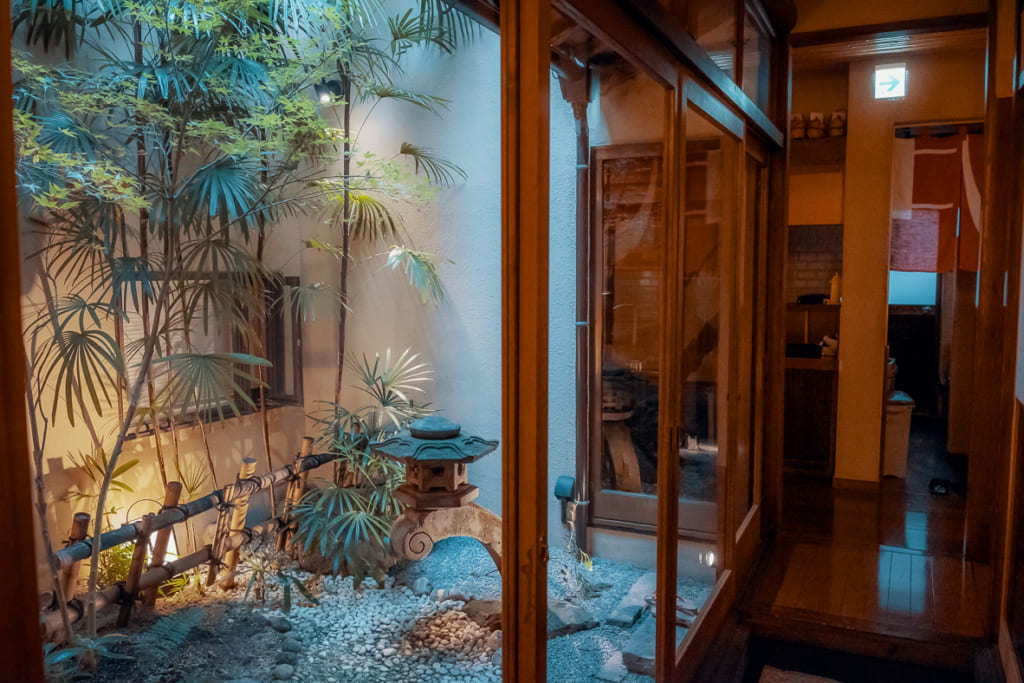 cour intérieure zen du ryokan nishi-tei
