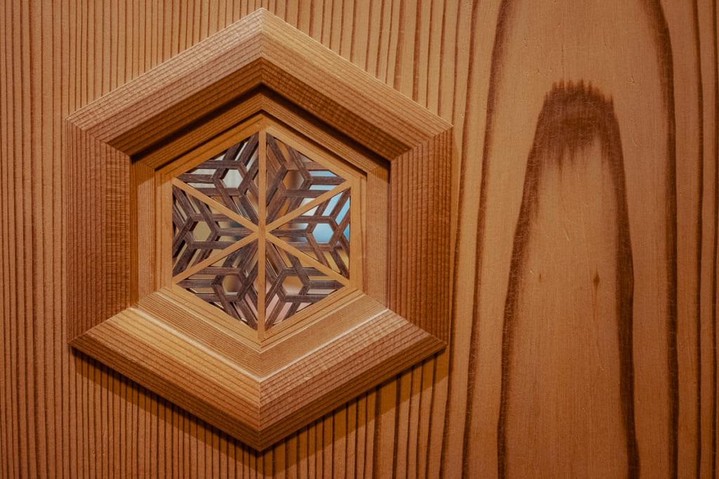 décoration en bois dans les couloirs du ryokan nishi-tei