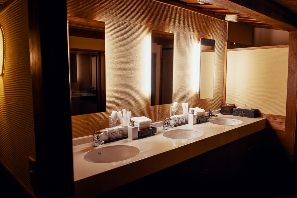 lavabos du ryokan nishi-tei, au centre de fukuoka