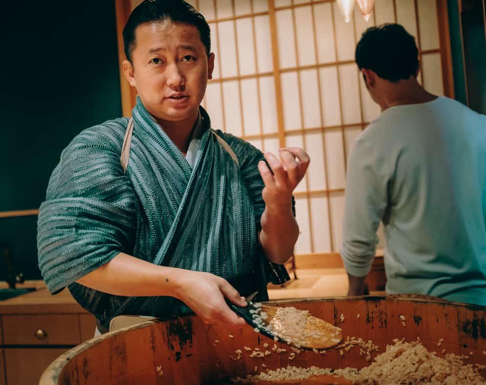 Le chef de sushi kenji gyoten dans son restaurant à fukuoka