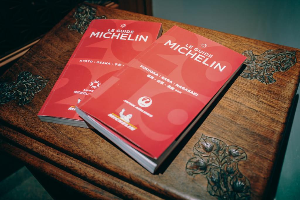 guide michelin posé à l'entrée du restaurant gyoten à Fukuoka