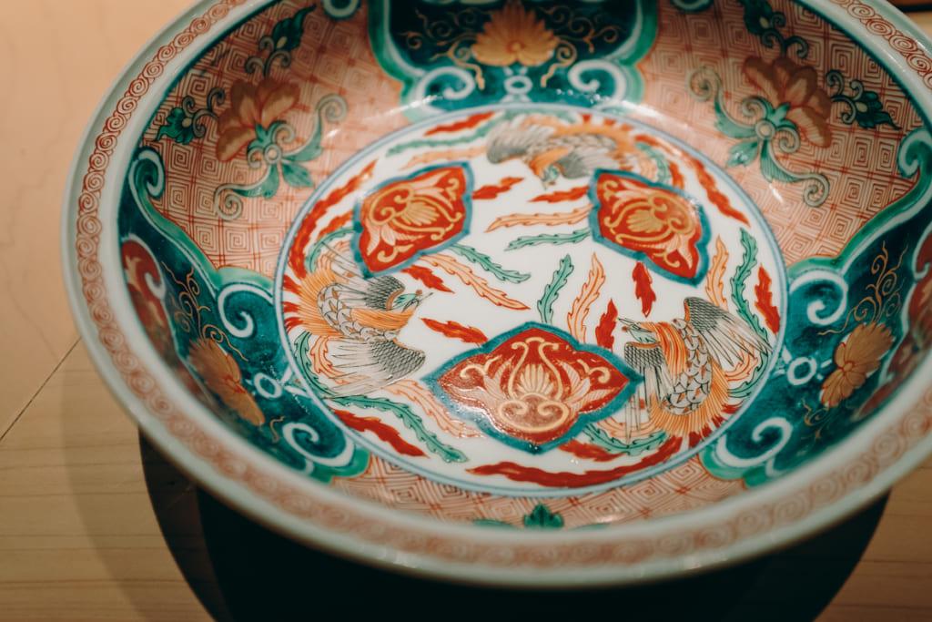 plat en céramique de plus de 700 ans utilisé par kenji gyoten dans son restaurant de sushi à Fukuoka