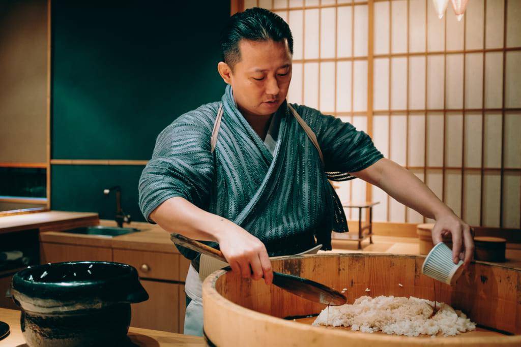 Kenji Gyoten entrain de préparer le riz pour faire ses sushis dans son restaurant de fukuoka
