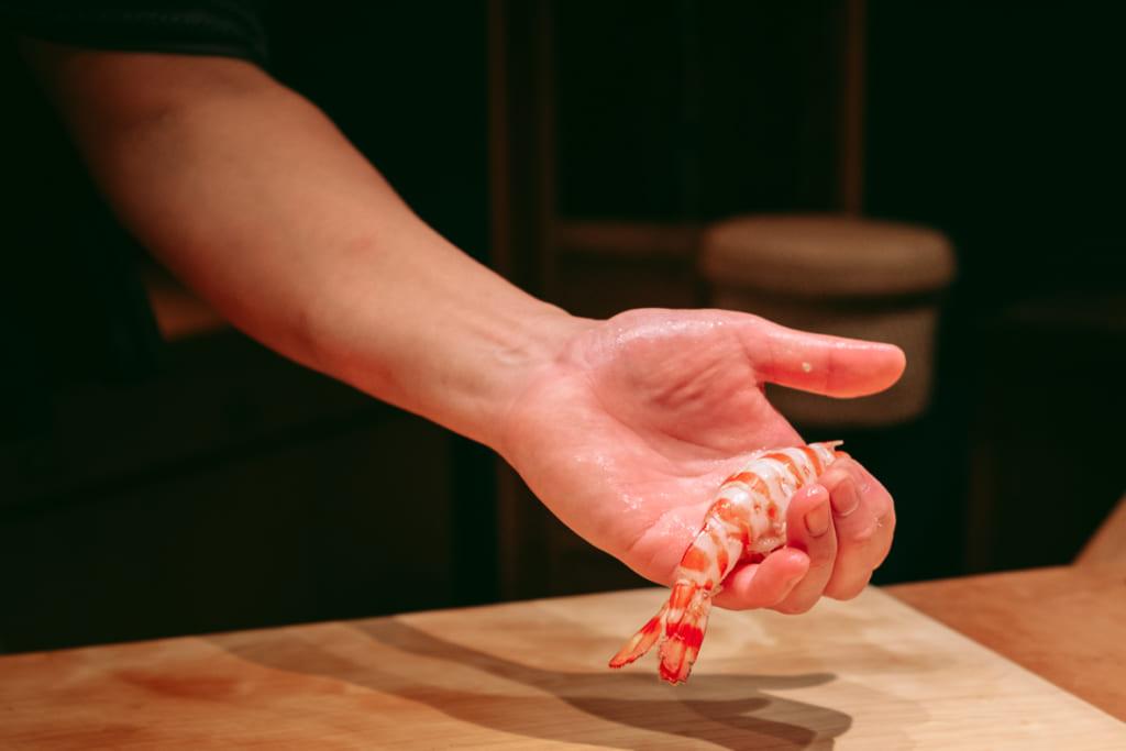 La crevette tout juste cuite par Kenji Gyoten dans son restaurant de Fukuoka
