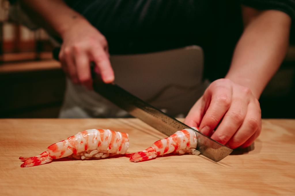 Préparation de sushi à la crevette au Gyoten à Fukuoka