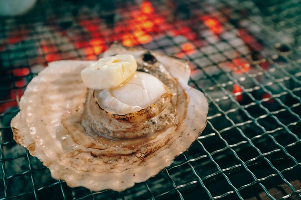 Coquille Saint-Jaques entrain de cuire au restaurant Karatomari Ebisu