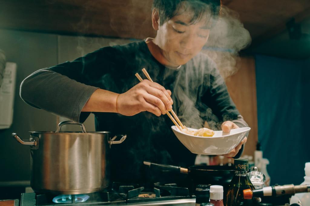 Le cuisinier du yatai de Fukuoka entrain de cuisiner