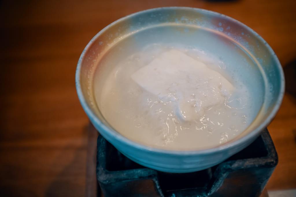 tofu cuit sous nous yeux durant le petit déjeuner du ryokan warakuen