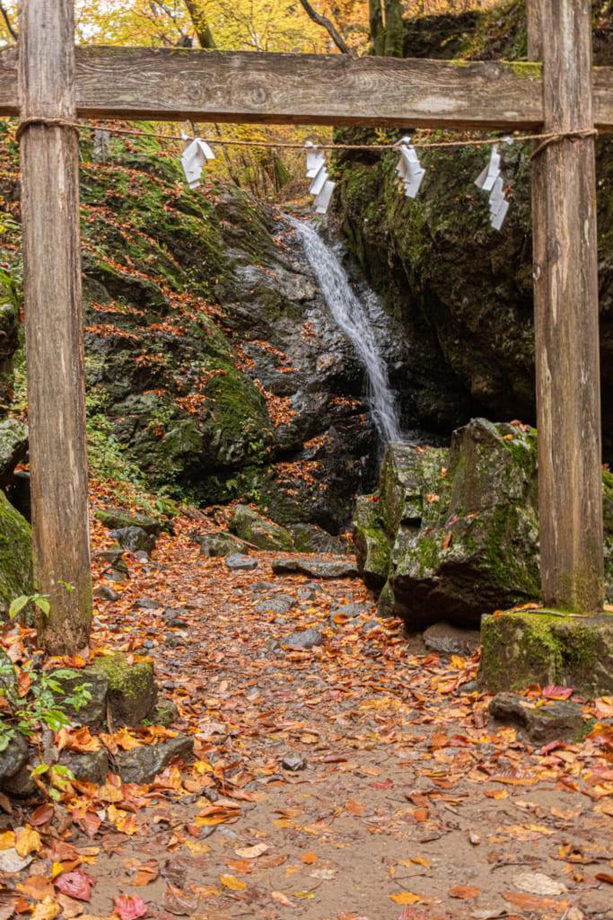 Cascade Ahiro no Taki encadrée par son torii