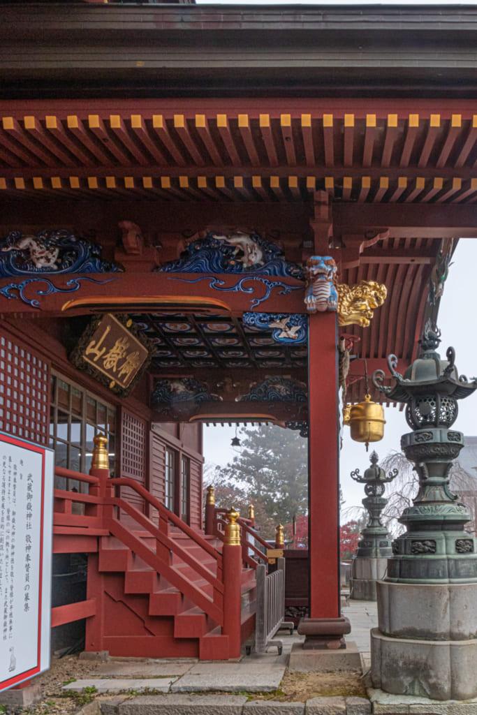 Le sanctuaire Musahshi Mitake de profil