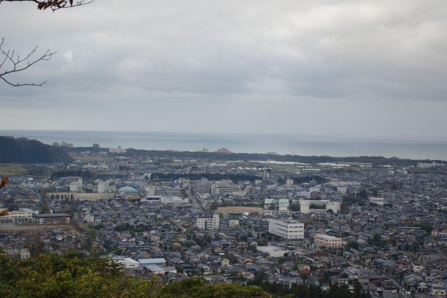 La ville de Murakami et la mer du Japon vus depuis les hauteurs du château de Murakami