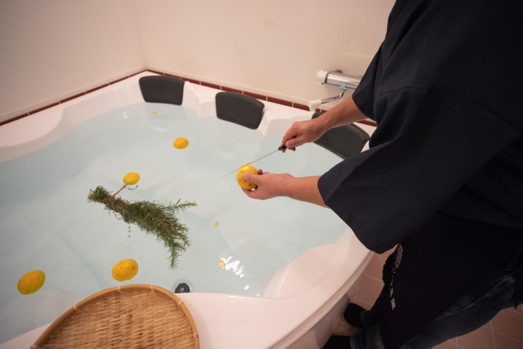 Spécialité de l'auberge Iromusubi : bain à la lavande et au Yuzu