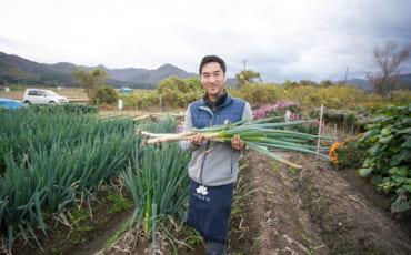 Derek Yamashita cueillant des poireaux à Murakami