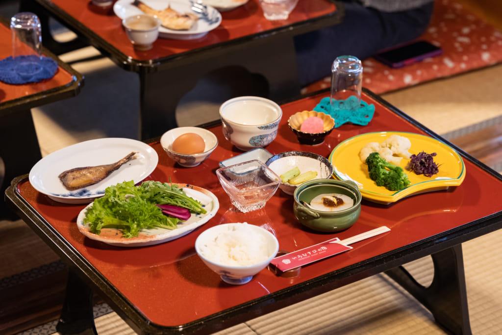 le petit-déjeuner japonais de l'auberge Iromusubi