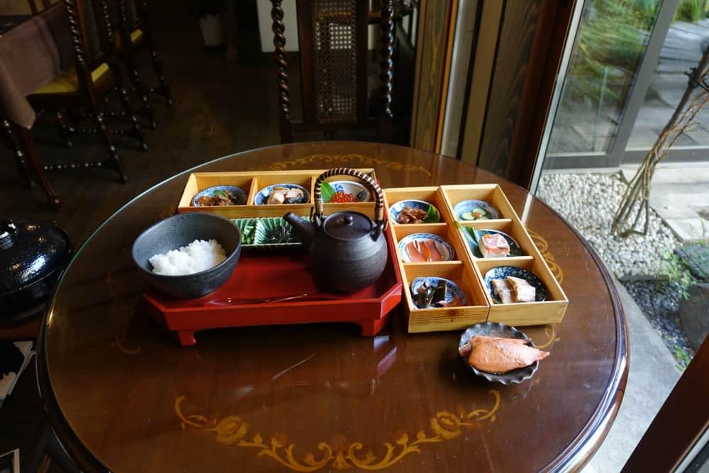 Repas à base de saumon du restaurant Izutsu-ya à Murakami