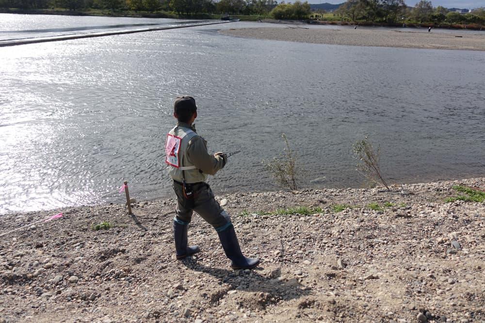 Un pêcheur qui tente d'attraper un saumon dans la rivière Miomote à Murakami