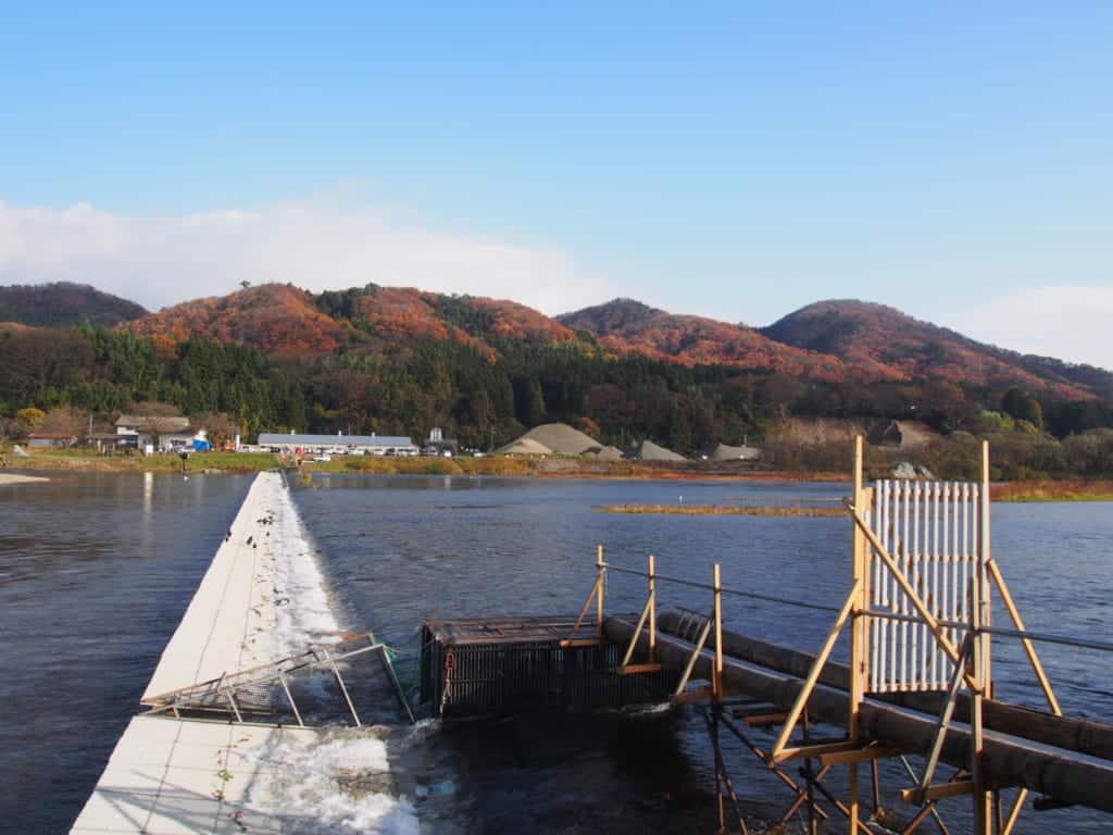 Peit pont surplombant la rivière de Miomote à Murakami