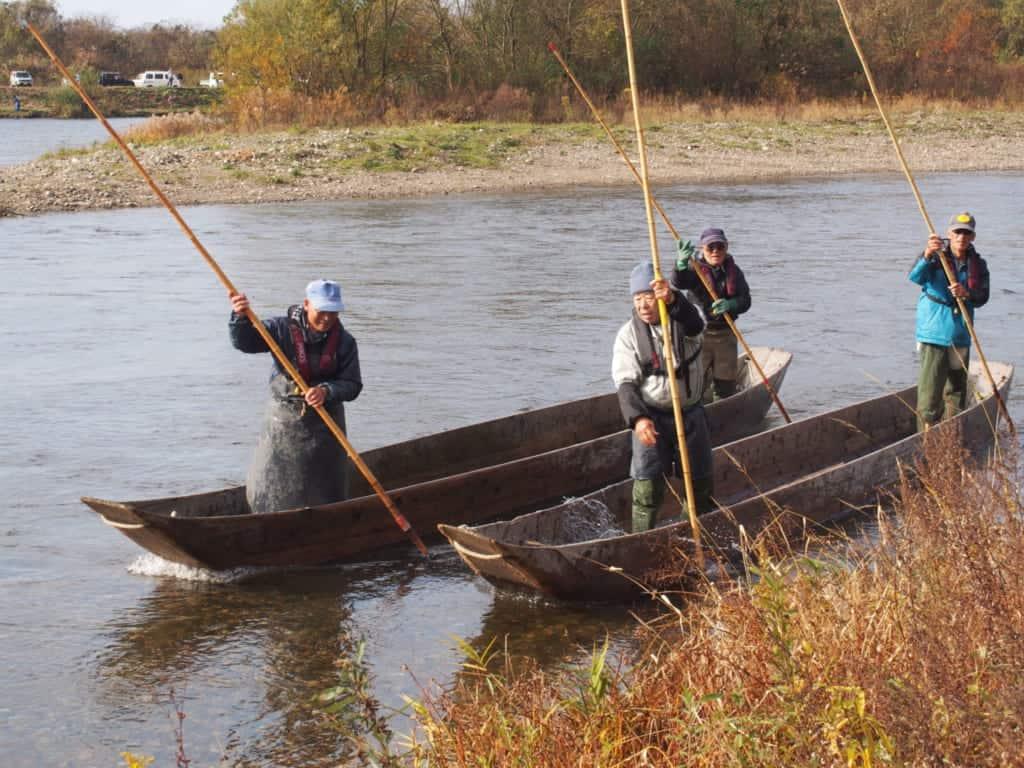 Des pêcheurs utilisant des méthodes de pêche au saumon traditionnelle sur la rivière Miomote