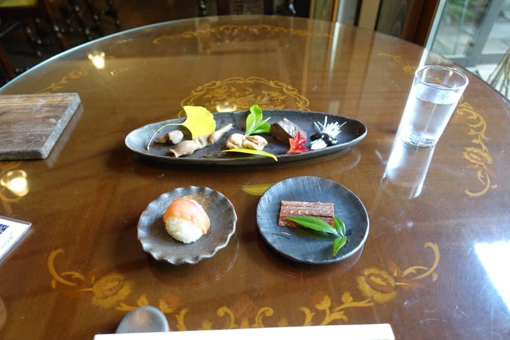 entrées à base de saumon au restaurant Izutsu-ya