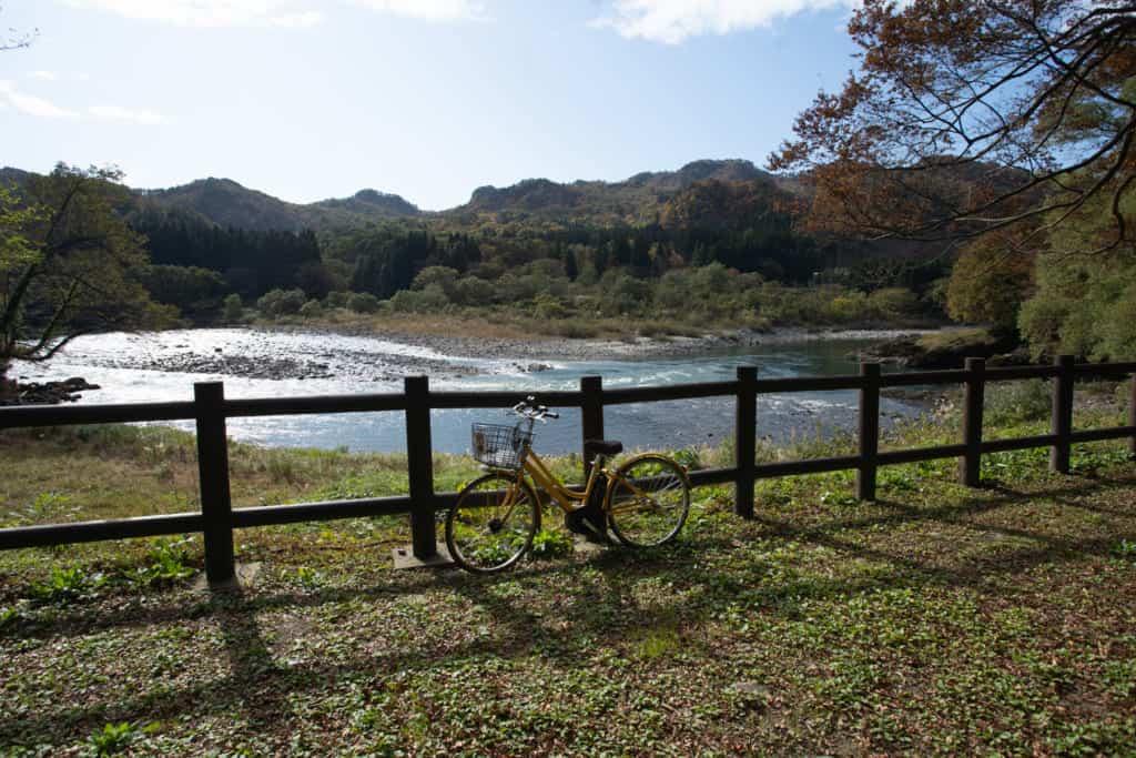 Vélo près de la rivière Arakawa à Sekikawa